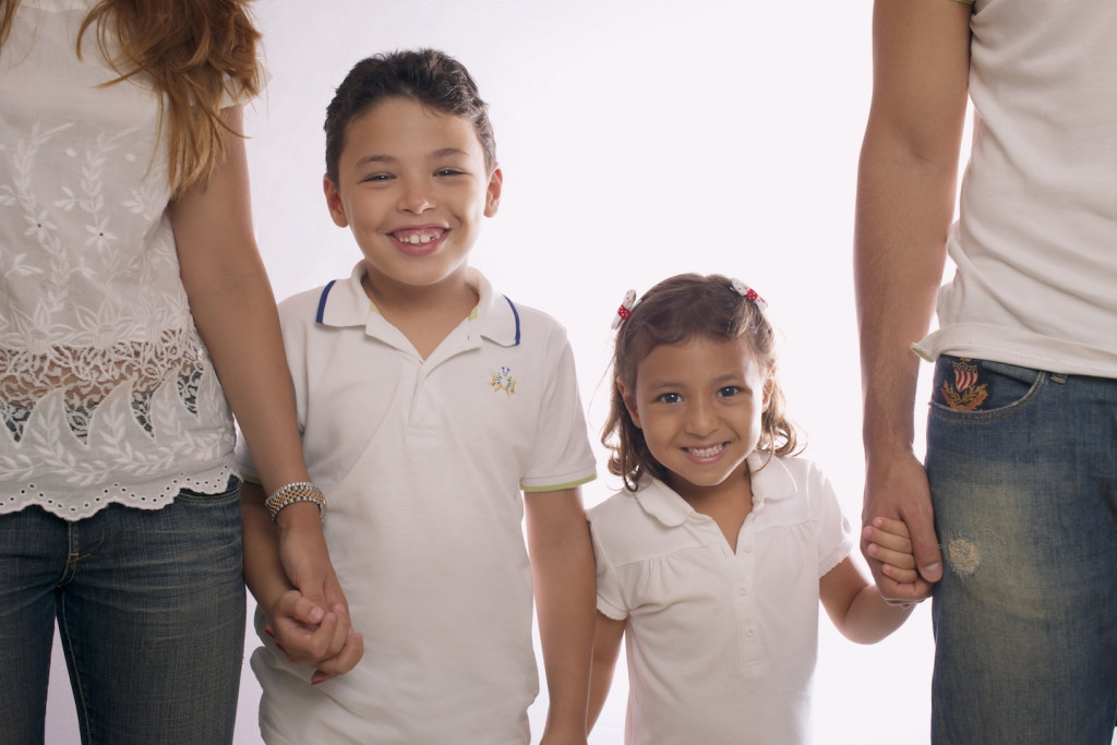studio family portrait backlight kids_Lecanda
